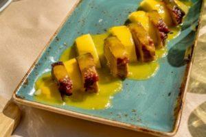Magret de canard aux mangues poivrées, purée de patates douces au gingembre